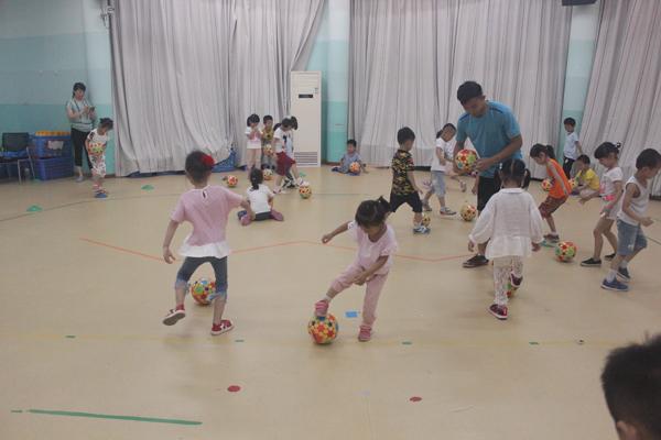 足球分会携外教迪米走进丁兰第二幼儿园
