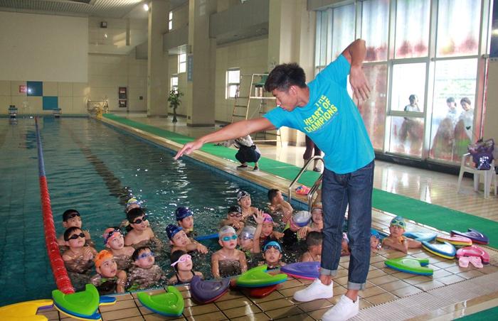 里约奥运游泳选手商科元回母校看望师生