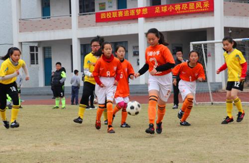 四校联赛追逐梦想 足球小将尽显风采
