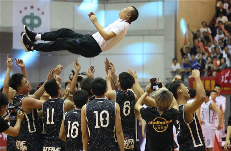 回浦中学篮球队获得2016-2017中国高中男子篮球联赛全国总冠军!