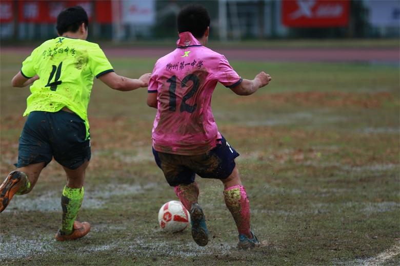 冒雨比赛 球员用行动诠释足球精神