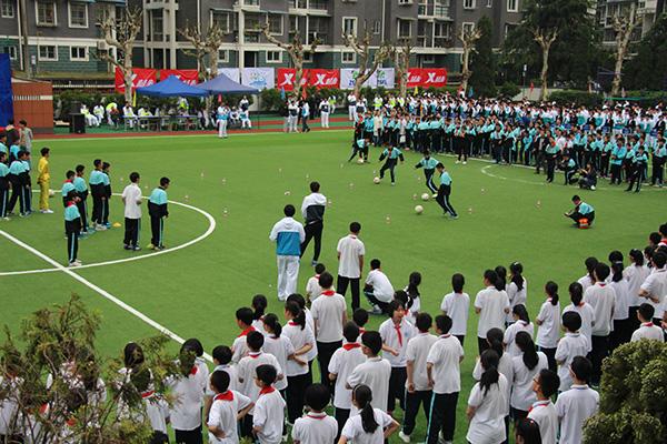 校园足球燃激情,绿茵场上尽驰骋