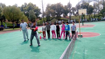 """绍兴市体育小球中心为城南小学网球""""把脉"""""""