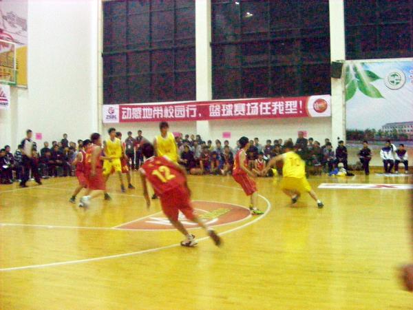 赛场扬威、谁与争锋——东道主赢得省第四届中学生篮球联赛初中男子八强赛揭幕战