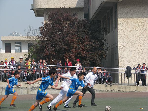 阳光体育、快乐足球——记龙泉小学一年一度校园足球联赛