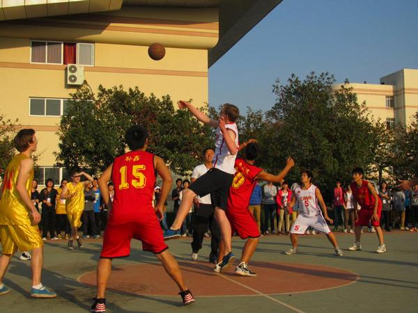 德国学生和嵊中学子进行篮球友谊赛