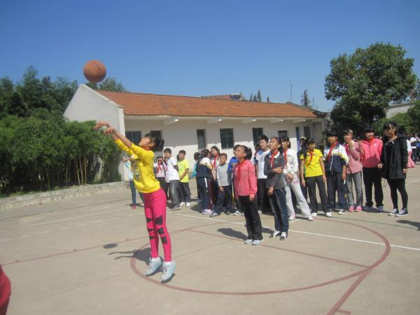 跃起投掷、欢笑满园——记阳光体育三大联赛开展之定点投篮比赛