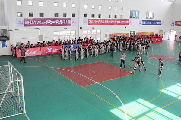男女学生共同参与ZSFL足球嘉年华活动
