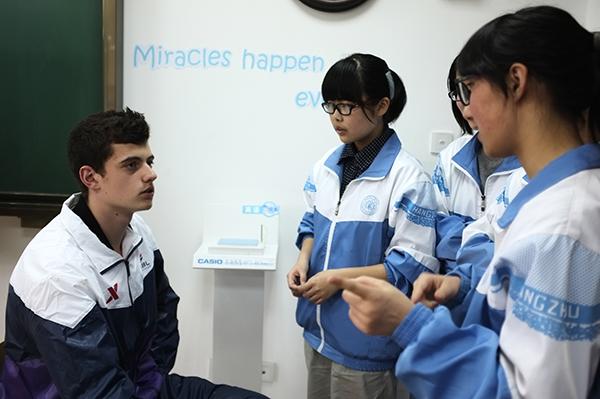 球员走进十四中国际部,联谊燃起青春热火