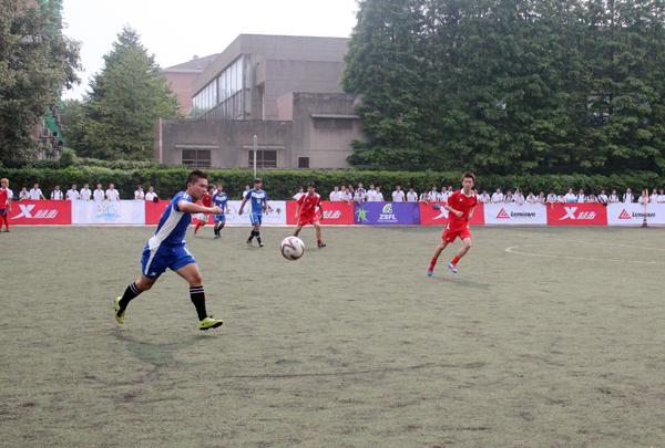 雨中激情的大中学生足球对抗赛